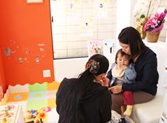 所沢市 狭山ヶ丘バランス整骨院のキッズスペースにて、赤ちゃんを抱っこしている患者様